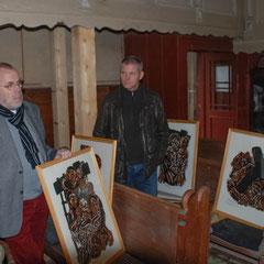 Michael Hack mit einigen Holzschnitten von Walter Habdank