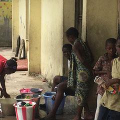 Waisenkinder im Kinderheim Enrica waschen ihre Kleidung. Hier ist die Kindheit viel zu früh zu Ende und die Zukunftsaussichten sind schlecht. Wir wollen helfen das zu ändern - hilf mit!