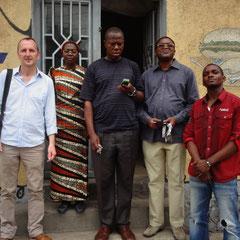 Gruppenfoto mit unserer Beraterin, dem Vermieter, Abbé David und Radjabu