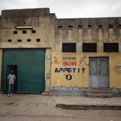 "Aus dem Restaurant ""Bon Appetit"" wird das InternetCafé fürs Waisenheim. 8ieme Rue, Limete, Kinshasa, DRC"