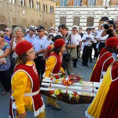 毎年8月14日は各コントラーダがロウソクを聖母マリアに奉納する日