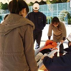 負傷者の移動 担架の作り方などを体験