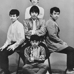 THE TEACIRCLE (Dongen 1966) - Manneke d'Hulst (links), Jack Smits (staand midden achter), Edwin Bouwens (zittend midden), Paultje d'Hulst (zittend midden onder) en Piet Danse (rechts)