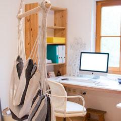 Na zu viel versprochen? Ein Hängesessel mitten im Büro! Kann es etwas Schöneres geben?!