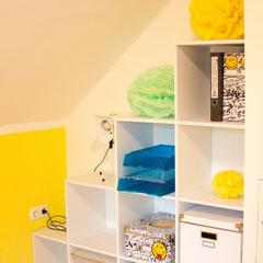 Mein (auch noch leeres) Stufenregal, Pompons von meiner Geburtstagsfeier und meine Gute-Laune-Energiekick-Wandfarbe