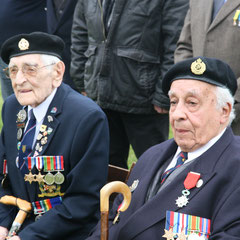 A gauche, Ken Robinson, vétéran Inns of Court. A droite, Pat Moore, vétéran 85 Royal Engineers