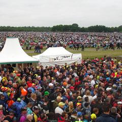 Ein Motorradparkplatz der Zuschauer beim Gelände