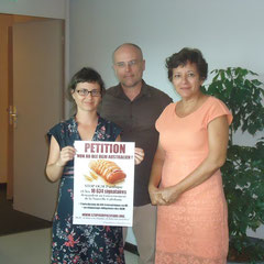 Remise de la pétition à Mme. Cynthia Ligeard, Présidente du Gouvernement de la Nouvelle-Calédonie