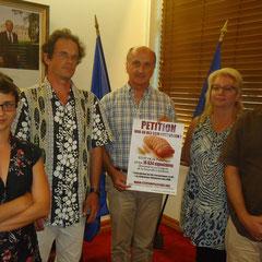 Remise de la pétition à Mr. Gaël Yanno, Président du Congrès de la Nouvelle-Calédonie