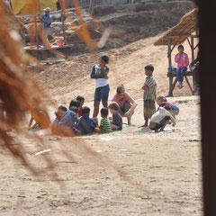 Rita im Spiel mit einheimischen Kindern