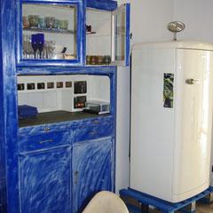 Alter Küchenschrank und Kühlschrank auf Palette