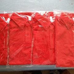 4名の赤ポロシャツ