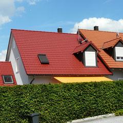 professionelle  Dachbeschichtung (Farbton Kupferrot)  Haus links – Original Haus rechts   - Schöner geht's nicht!