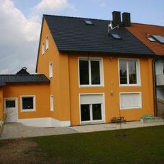 Fassade neu renoviert + Dachbeschichtung (schwarz) – Original Dach + Fassade (rechts)