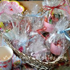 """Süssigkeiten als kleines Geschenk, verpackt in die """"Cute cups"""" von Greengate"""