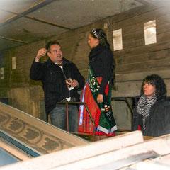 Johann Klink jun. zeigt den beiden Damen den Betrieb.
