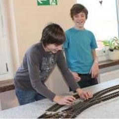 Felix und Fabian bei der Vorbereitung unserer Ausstellung im Dezember 2011.