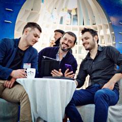 мы с заказчиком. Киевская выставка. на фоне Teapot-pavilion