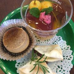 三点盛りのお茶菓子。スペアミントとローズマリーは家を出る時に玄関先でむしり取った。桜の花のピンクが加わるだけで春らしい。