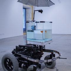 1 Machine 2 Fish, exosquelette pour poisson rouge. 2016. Quentin Destieu, Sylvain Huguet. Octobre numérique, Espace van Gogh, Arles