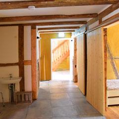 Erdgeschoß. Seitengang. Rechts Zimmer mit Schiebetüren