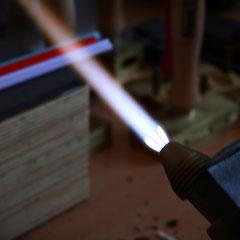 Die Flamme in der das Glas geschmolzen wird ist nahezu 1000° Celsius heiß.