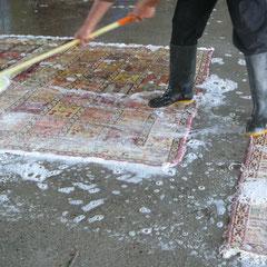 lavaggio tappeto persiano a mano con acqua e sapone, pulitura tappeto e kilim