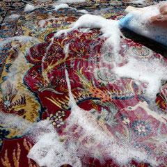 Lavaggio tappeto extra fine lana misto seta, centro pulizia tappeti con acqua e sapone neutro a mano