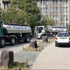 京都市役所前に集まった救援のタンクローリー