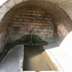 Fontaine au pied de l'église