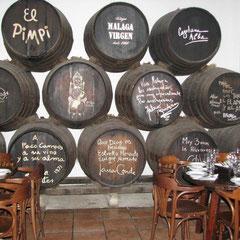 El Pimpi in Malaga: Autogramme auf Holzfässern - auch von Antonio Banderas