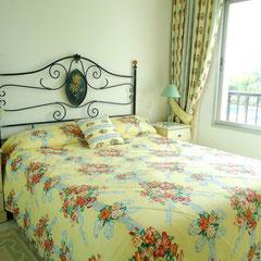 Französisches Bett im geräumigen Hauptschlafzimmer