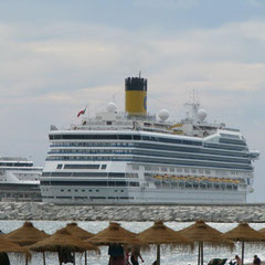 Kreuzfahrtschiff im Hafen von Malaga am Stadtstrand