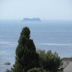 Kreuzfahrtschiffe auf ihrem Weg in die Ferne
