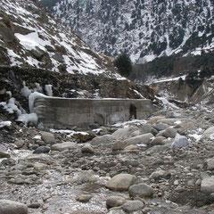発電所用水路取水口の保護堤防。 長さ20m、高さ4m半(地下2m)