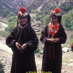 春祭りで羊毛の手織りの服を着た女性たち。1990年頃の撮影。
