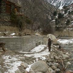 バラングル村下流部の堤防。鉄筋入り。長さ23m高さ4m半(地下2m)
