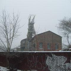 Fördergerüst und Maschinenhaus mit erhaltener Fördermaschine im Winter 2008