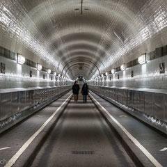 Hamburg -Der Tunnel wurde am 7. September 1911 für den Fußgängerverkehr und am 30. November 1911 für Pferdefuhrwerke und Kraftfahrzeuge eröffnet.