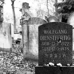 Das Abrücken von den bescheidenen, eng gedrängten Mazzeben und die häufige Verwendung des Deutschen in den Grabinschriften manifestiert Assimilation und Zeitgeist.