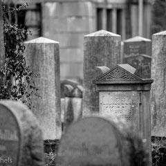 Der Friedhof wurde 1942 geschlossen und erlitt noch heute sichtbare Schäden beim Kampf um die Festung Breslau.