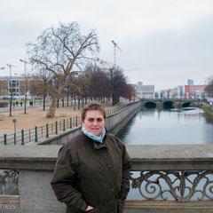 Berlin - Britta vor dem neuen Stadtschloss.