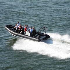 Ein Schnellboot umkreiste unser Fährschiff
