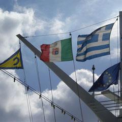 Es geht wieder auf See: flux die rot, weiß, grüne Flagge wieder hochgezogen.