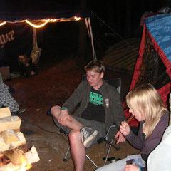 Den Tag geniessen beim Lagerfeuer.