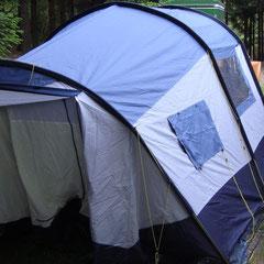 Der erste Versuch das Zelt von Andrea und Olli aufzubauen; noch steht's nicht richtig herum...