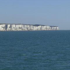 Vor uns tauchen die Kreidfelsen der englischen Küste auf.