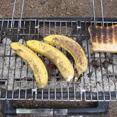 Als Nachtisch natürlich wieder gegrillte Bananen!