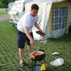 abends am Campingplatz: Erst mal den Grill anschmeissen
