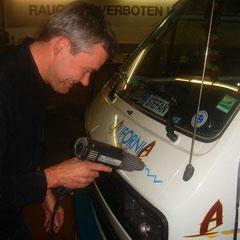 Dann macht sich Jürgen über HUGO's Sticker her...